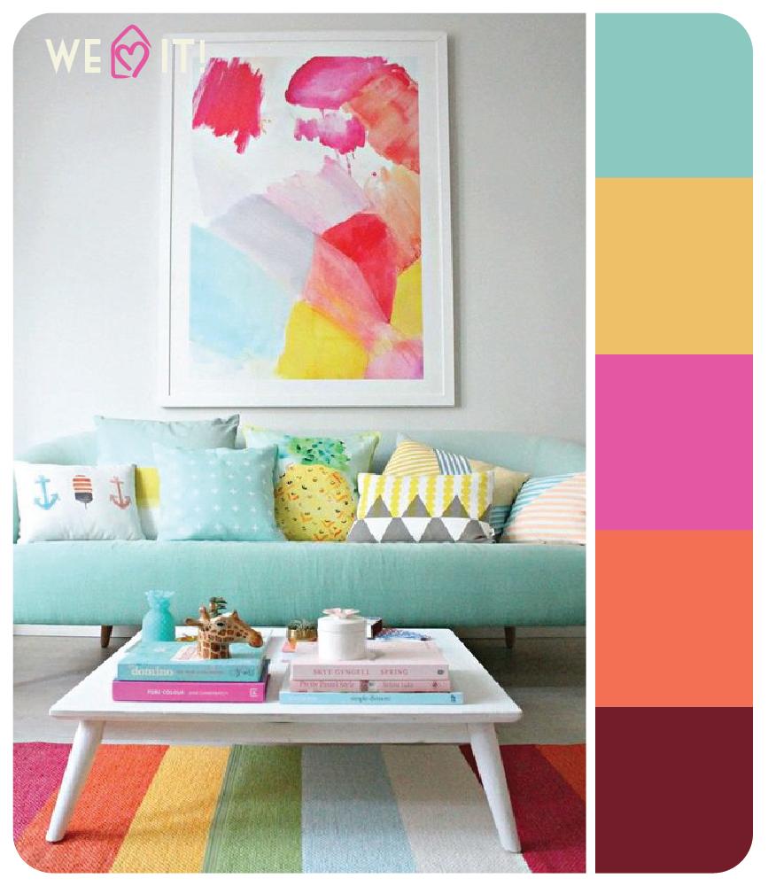 Sala de estar bem colorida, com quadros e almofadas. Uma inspiração cheia de cor!