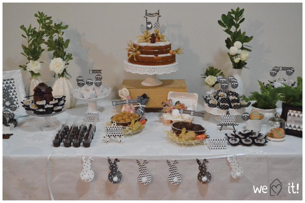 Mesa de doces com coelhinhos, ovinhos, doces e bolo.