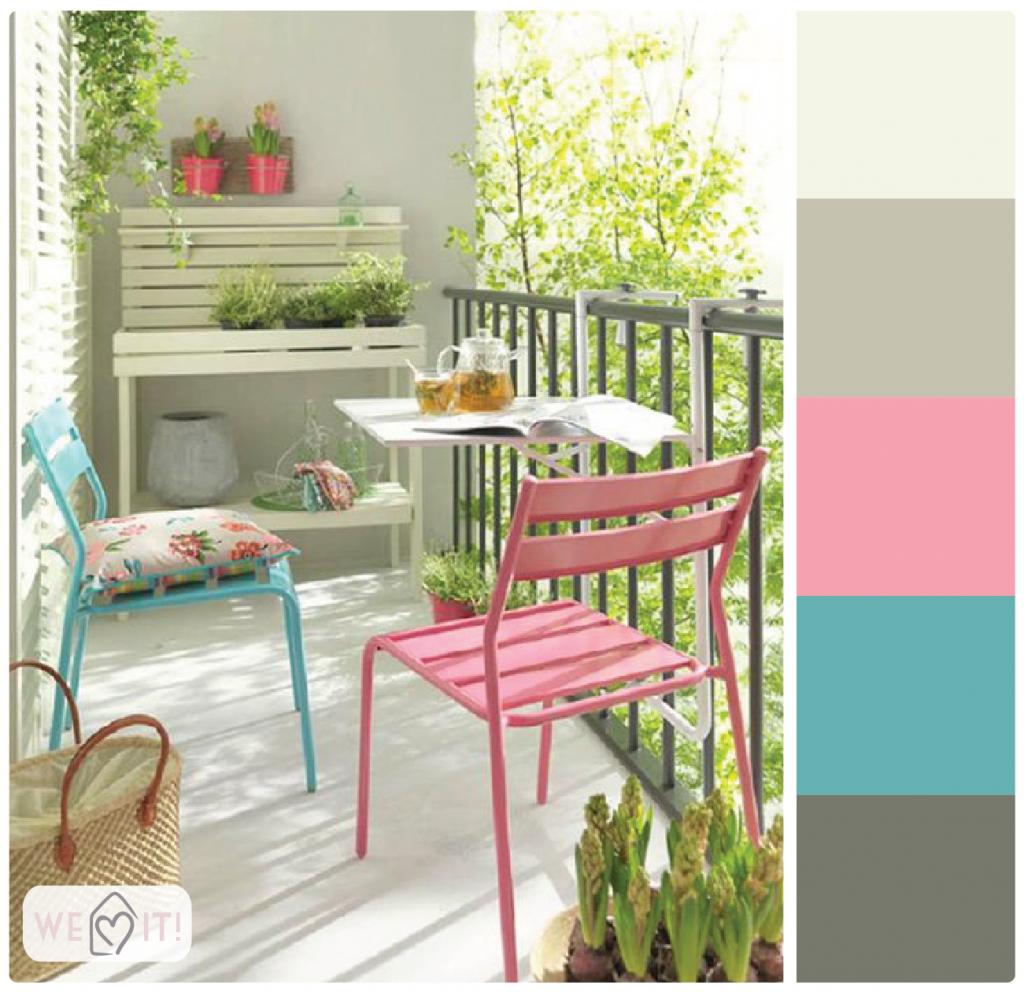 Varanda pequena, com tons neutros e toques de cor, como azul e rosa. Muitas plantas pra decorar e trazer vida.