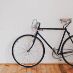 Como guardar bicicleta em apartamento pequeno: 6 ideias práticas