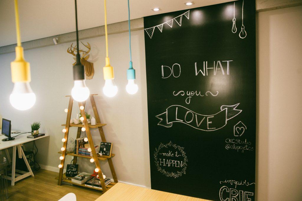 parede lousa, com frases inspiradoras, para decorar o home office.