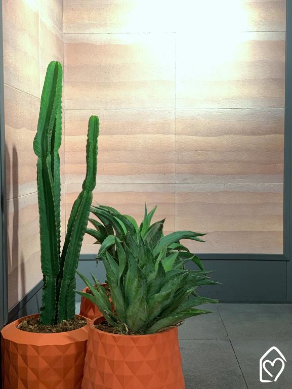 Revestimento Rammed da Castelatto, inspirado na taipa de pilão, aplicado na parede.