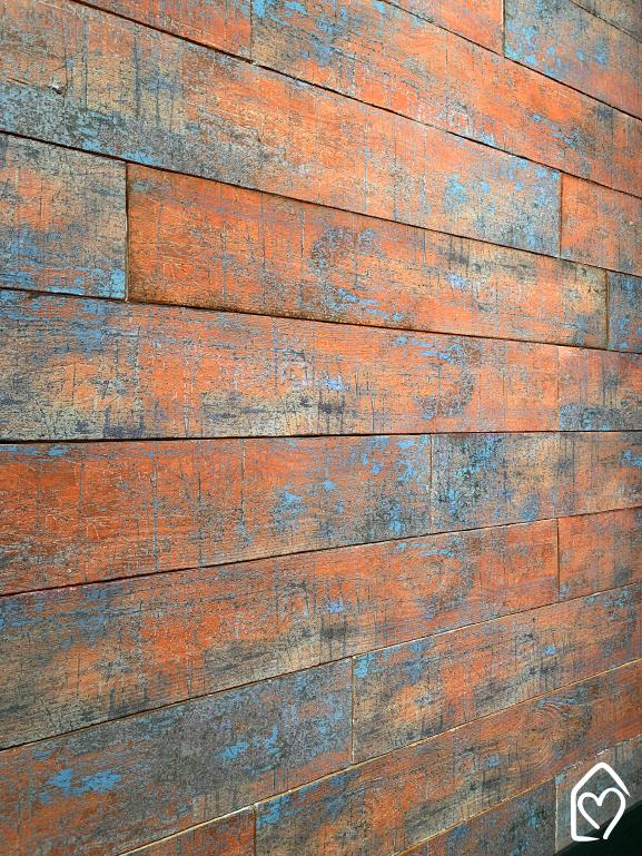 Revestimento Antique da Castelatto, que lembra madeira de demolição, aplicado na parede.