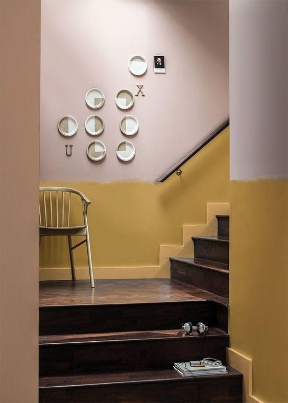 Escada em tons terrosos, com ocre e rosa.