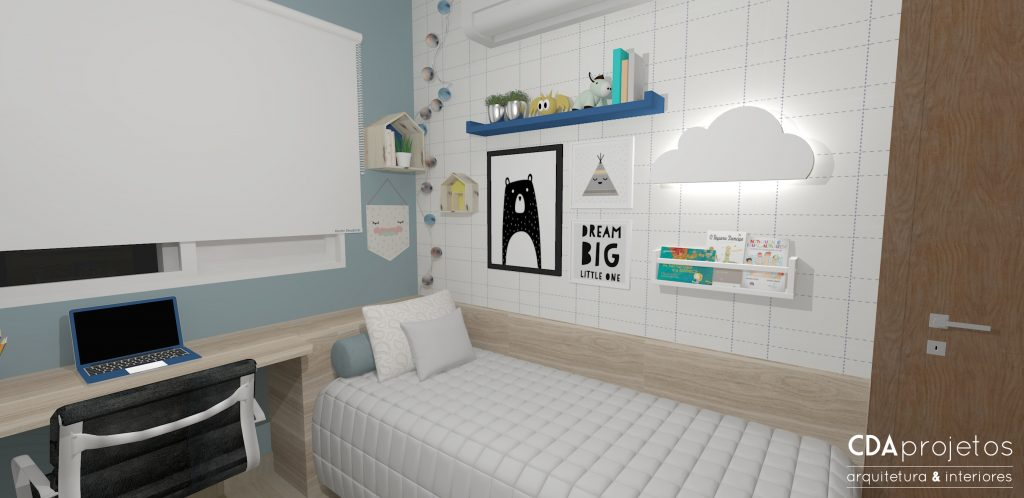 Projeto de quarto infantil. Cama de solteiro, bancada para estudos em acabamento madeirado. Uma das paredes está pintada de azul e a outra tem um papel de parede xadrez branco e azul. Na parede, quadros e prateleiras para livros e brinquedos. Luminária em formato de nuvem finaliza a decor.