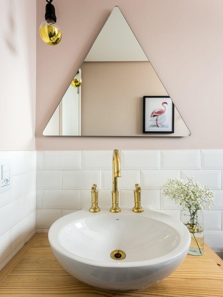 Banheiro do apartamento 33, com tons de rosa pra sua decor. Combinado com o metrô white, madeira e dourado, ficou um luxo!