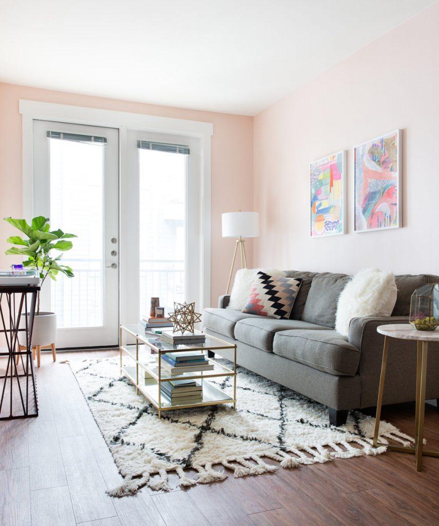 Sala de estar com tons de rosa pra sua decor. Inspiração pura.