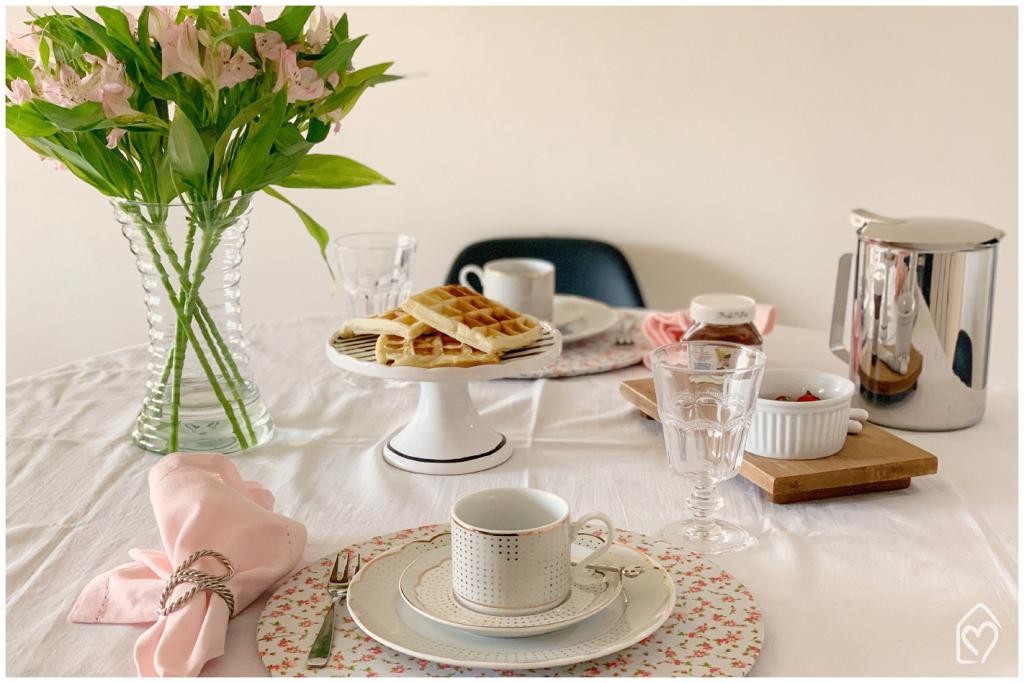 café da tarde com waffle, receita fácil de fazer e que tem no blog. Os tons de rosa prevalecem na composição.
