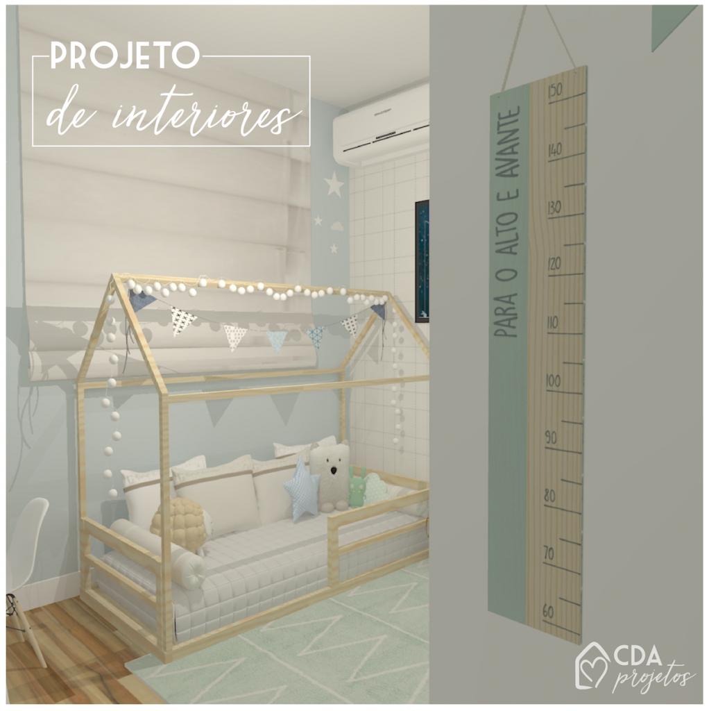 quarto do bebê azulzinho, com cama casinha em pinos, papel de parede, régua do crescimento, adesivos de nuvem e estrela.